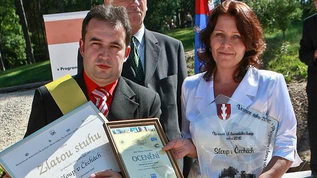 Titul Vesnice roku 2010 získal Sloup v Čechách (na snímku starosta Jaromír Studnička a místostarostka Jana Pejčinovičová).