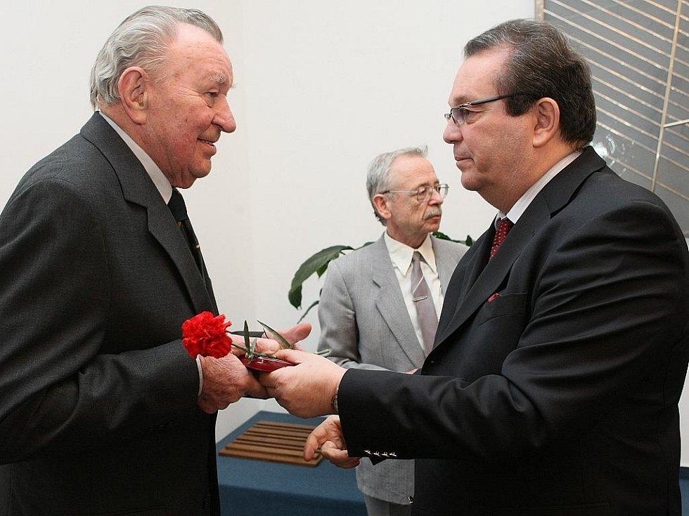 Na slavnosti v obřadní síni jablonecké radnice předal generální konzul Ruské federace Sergej V. Ščerbakov čtyřem válečným veteránům, členům Českého svazu bojovníků za svobodu, vyznamenání Ruské federace při příležitosti 65. výročí skončení 2. sv. války.