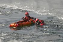 Jablonečtí hasiči zachraňují tonoucího.