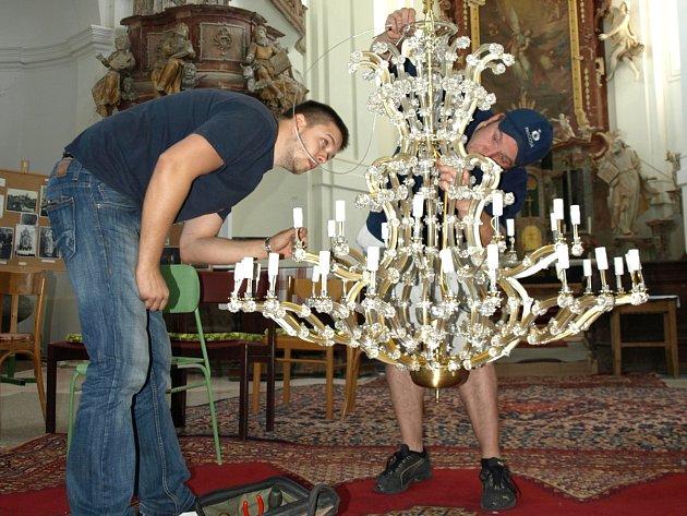Instalace nových lustrů v kostele svatého Archanděla Michaela ve Smržovce.