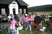 Hvězdičkové noci v osadě Jizerka letoš přálo počasí. Poslední zájemce od dalekohledů odcházel až po půlnoci.