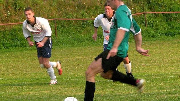 Fotbalisté lučanské rezervy v bílém postoupili do semifinále Tipsport okresního poháru, když ve středu porazili Jenišovice 3:2. V semifinále se Lučany střetne s Kokonínem, druhou semifinálovou dvojici tvoří Hodkovice a Harrachov.