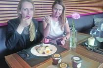 Naivní marmelády získaly celosvětové ocenění z Anglie. Přitom je po večerech v hotelové kuchyni vyrábějí dvě kamarádky Anna Jelínková a Lucie Kudibálová.