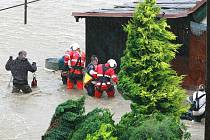 Bílý Kostel nad Nisou - sobota 16 hodin. Vesnice pod vodou, na místech, kde se lidé ještě v poledne snažili zachránit sekačky ze stodoly, zachraňovali ze střech jejich zatopených domů vrtulníky. Řada lidí ještě na záchranu čeká.