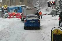 Na přejezdu v Tanvaldě srazil vlak osmdesátiletou ženu. Do kolejiště vstoupila, přestože byly závory dole a svítila výstražná světla.