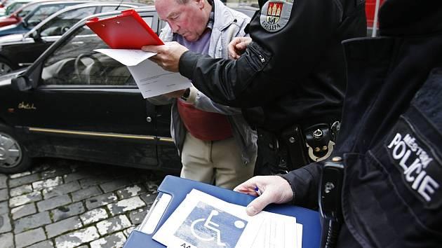 Kontrola řidičů vozidel, která jsou označena kartou ZTP. Ilustrační snímek.