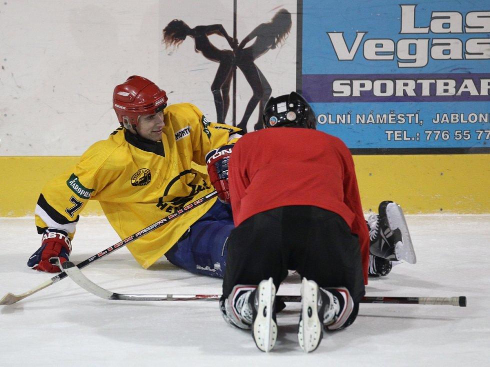 Fotbalisté Baumitu si zahráli hokej. Na snímku Jan Kovařík a Tomáš Čížek (v červeném).