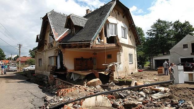 Odstraňování škod po povodních v Heřmanicích - pondělí.