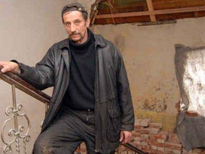 Josef Weis nemá kam se přestěhovat, a proto zůstává v domě, kde byla zahájena rekonstrukce. V současné době v objektu chybí mimo jiného i sociální zařízení a schodiště je v havarijním stavu.