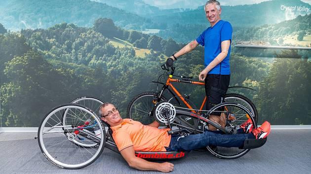 CESTA ZA SNEM. V týmu Preciosy v  cyklomaratonu startují na handbike dva jezdci. Jedním z nich je Jiří Sommer. Družstvo má vždy také svého patrona. Jím je letos nadšený cyklista Martin Trakal z Liberce, který před dvaceti lety při úrazu přišel o obě ruce.