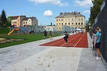 Volné místo mezi ulicemi Sokolí, SNP, Jarní a Lovecká se za 22 milionů korun změnilo na sportovně relaxační areál. Sloužit začne škole a mateřské školce, od jara i veřejnosti.