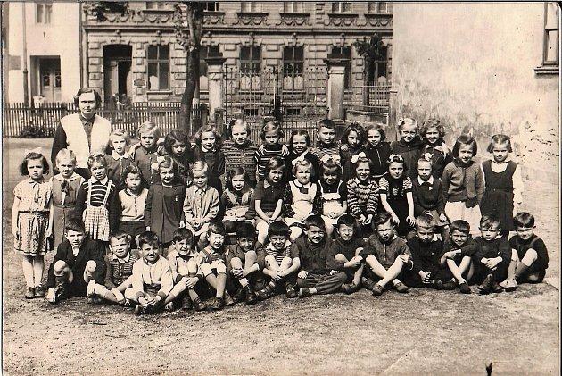 Zelená škola 1953–1954 1.  třída. Paní učitelka Jirošová se svými dětmi.