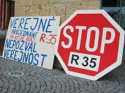 První veřejná prezentace srovnávací studie tras rychlostní silnice R 35 přes Liberecký kraj, kterou krajští úředníci uspořádali v neděli 21. června od 13 hodin na vrcholu kopce Kozákova v Českém ráji. Na akci dorazily desítky odpůrců tzv. severní trasy.