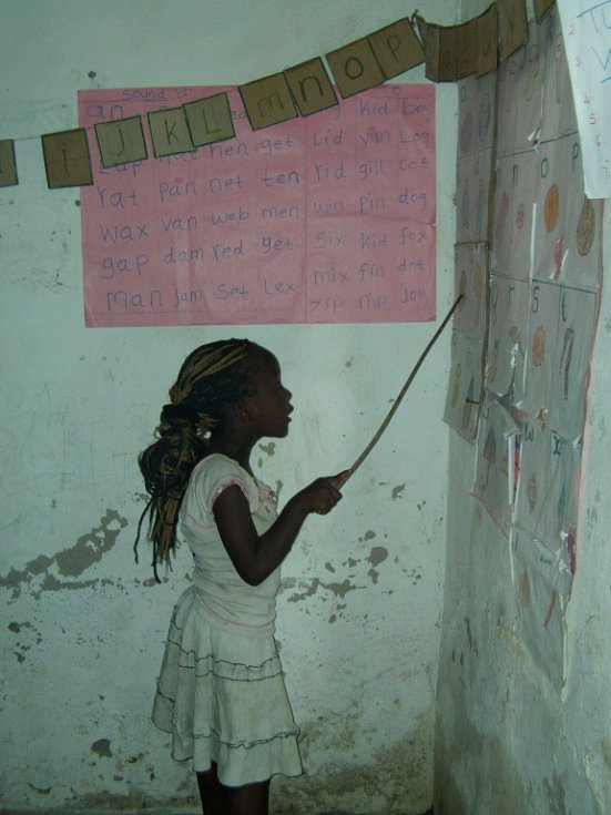 Státní škola v africké vesnici. Lenka Vrátná se rozhodla pomoci sbírkou školních pomůcek.