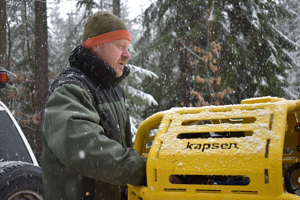 """Karel Rogl připravuje """"železného koně"""" značky Kapsen na akci."""
