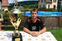 Sportovní ředitel Jiskry Mšeno Michal Klacek s pohárem pro vítěze krajského přeboru.