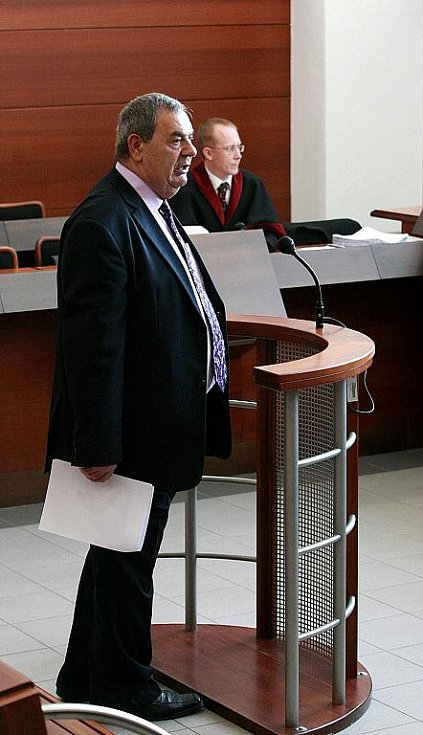 Liberecký okresní soud se v pátek 19. listopadu za velkého zájmu veřejnosti začal zabývat případem bývalého vězeňského dozorce z Minkovic a bývalého komunistického poslance Josefa Vondrušky (na snímku). Viní jej ze zneužití pravomoce veřejného činitele.