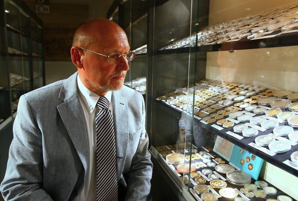 Karel Zoubek, předseda představenstva v kabinetu mincí a medailí vyražených za dobu existence mincovny.