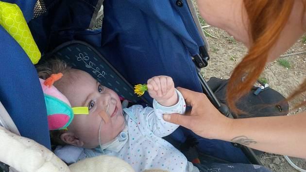 Malý Oliver trpí spinální svalovou atrofií I. stupně.