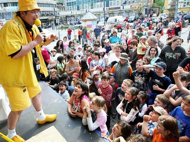 Vystoupení v rámci festivalu Skleněný magik přitahovala především děti, ale i hravé dospělé. Snímek z posledního ročníku v roce 2009.