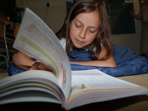 Anička Godlová ze čtvrté třídy učebnici českého jazyka neodložila ani krátce před tím, než jejich učitelka ohlásila večerku.