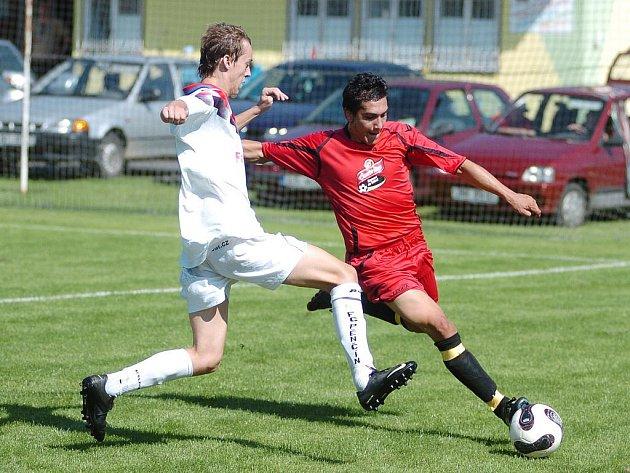 Béčko Pěnčína (v bílém) nezvládlo začátek zápasu s Tanvaldem. Do deseti minut totiž Tanvald vedl 0:2.