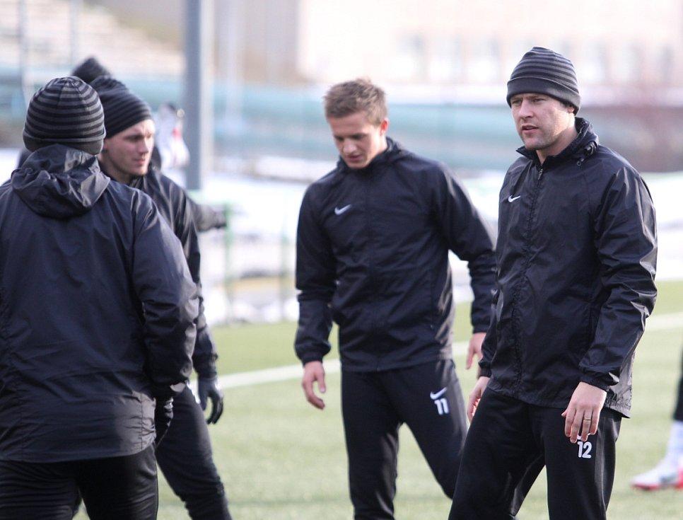 Fotbalisté Jablonce zahájili ve středu zimní přípravu. Na snímku sleduje své spoluhráče Karel Piták (vpravo).