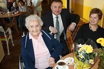 Oslavenkyně Marie Daníčková (vpředu), za ní primátor Petr Beitl.