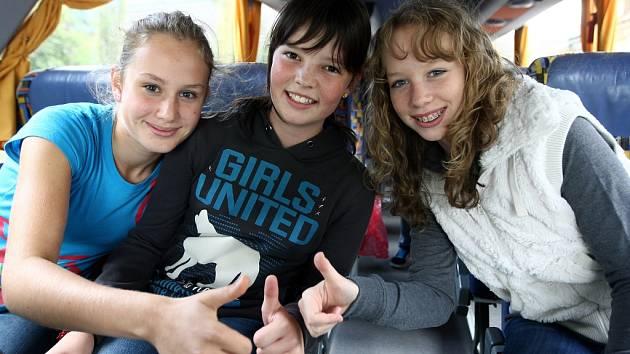 Členové sbotu Iuventus, Gaude! v autobuse do Prahy.