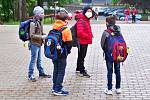 Po více než dvou měsících vyrazily do škol i děti na Jablonecku. Takto znovu nastupovaly do Základní školy Liberecká v Jablonci.