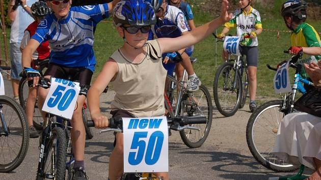 Víra v další padesátku. Žáci Základní školy v Lučanech připravili bohatý program u příležitosti padesátého výročí školy. Cyklisté symbolicky přivezli na řidítkách dalších padesát let.