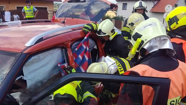 U Turnova havarovalo osobní auto a dodávka. Zraněnou osobu vyprostili hasiči