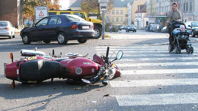 K dopravní nehodě motocyklisty a řidiče osobního vozu došlo v úterý 21. října odpoledne na jablonecké ulici Palackého.
