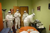 Testy provádějí vyškolení pracovníci domovů důchodců a Českého červeného kříže.