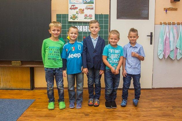 Prvňáci ze Základní školy Nová Ves nad Nisou se fotili 26.září do projektu Naši prvňáci. Zleva stojí Dominik, Martin, Ondra, Pepík a Daniel.