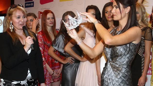 U příležitosti sobotního finále soutěže Česká Miss 2012 už oficiálně Michaela Maláčová představila i korunku. Vyrobili ji v rodinné firmě ŠENÝR Bijoux v Jablonci.