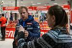 Vydávání startovních balíčků na Jizerskou 50, závod v klasickém lyžování ze seriálu dálkových běhů Ski Classics, začalo 15. února v obchodním centru Nisa v Liberci. Na snímku je Marek Lejsek.
