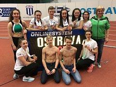 Jeden z kolektivů nadějných atletů TJ LIAZ, které trénuje Eva Mikulová (stojící vpravo).