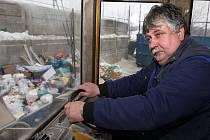 Mechanizací shrnuje Ladislav Packa na překladišti odpad k odvozu. Na Proseč mohou zdarma vozit velkoobjemový odpad lidé z Jablonce, kteří si platí popelnici nebo kontejner, ale maximálně do 150 kilogramů za rok. Za zbytek si zaplatí.