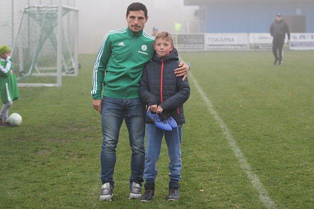 Zpražské Bohemky na Smržovku přivezl finanční dar pro dobrou věc Josef Jindřišek, který sfotbalem začínal vnedalekých Plavech.