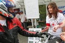 Na motorkářsky proslulé silnici procházející Držkovem uspořádaly v sobotu Policie ČR, Besip a Český červený kříž preventivně výchovnou akci, zaměřenou na motorkáře.
