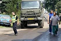 Šestý den. Ve Višňové mají i přes potíže se zbořenými mosty dost zásob věcí potřebných k úklidu po povodni. Pomáhat s likvidací vybavení a majetku zasažených infikovanou vodou pomáhá armáda, policie státní i městská a řada dobrovolníků.