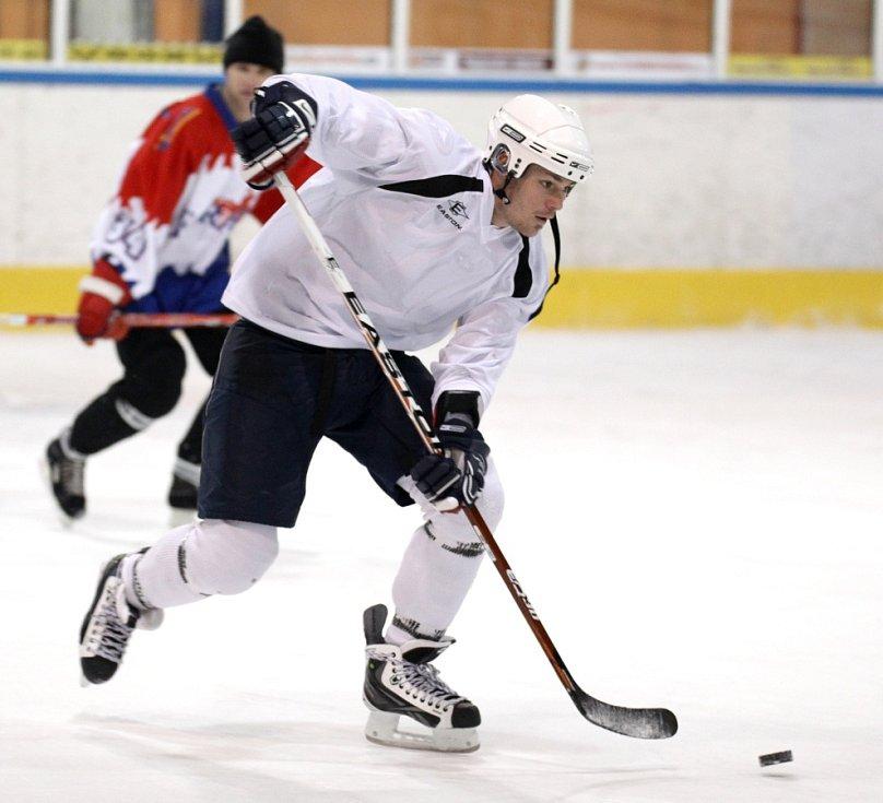 Fotbalisté Baumitu si zahráli hokej. Na snímku Lukáš Třešňák, za ním asistent trenéra Michal Šmarda.