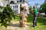 David Smrčka vytváří umělecké dílo z kmenu na dřevosochařském sympoziu, které pokračovalo 10. května v Desné na Jablonecku. Výtěžek z aukce děl letošního ročníku bude věnován na obnovu Riedelovy hrobky a na vybudování vyhlídkové plošiny v lokalitě Souš.