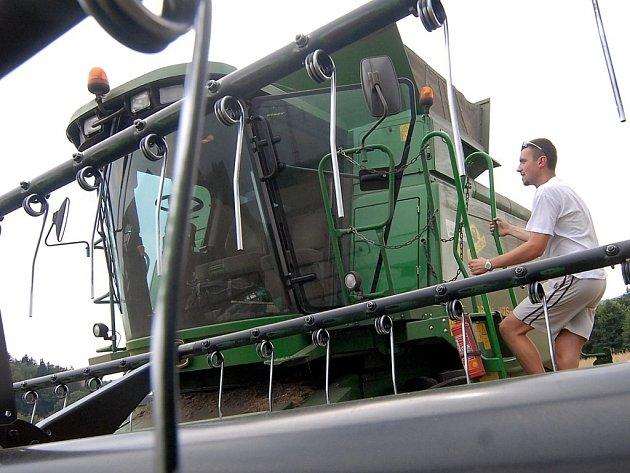 SKLIZEŇ FINIŠUJE.  Do konce týdne by mělo být v kraji obilí sklizeno. Zemědělci, jako například František Škoda z Agro Bílá, tráví teď na polích spoustu času.