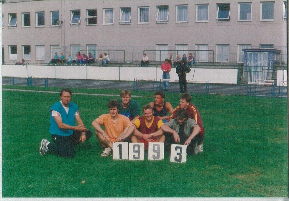 Zkušený atlet TJ LIAZ, Václav Novotný s ostatními sportovci na archivním snímku z roku 1993.