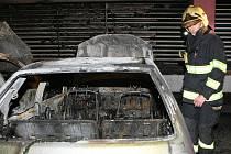 Kolem dvaadvacáté hodiny vypukl ve čtvrtek požár zaparkovaného osobního automobilu v krytém parkovišti Centra Babylon v Liberci. Než stačili zasáhnout hasiči, kteří to k požáru měli doslova přes ulici, zcela shořely tři vozy a jedno částečně.