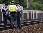 Vlak zabil muže s hákovým křížem, policie marně pátrá po jeho totožnosti