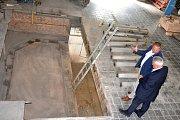 Ředitel Střední uměleckoprůmyslové školy sklářské Libor Doležal provedl stavbou náměstka hejtmana Libereckého kraje Petra Tulpu (vpravo).