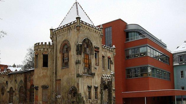 Společnost Royal Castle Development koupila chátrající zámeček někdejšího spolku Schlaraffia v Jablonci u autobusového nádraží.